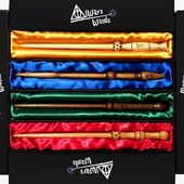 #HogwartsFounders  Le bacchette dei fondatori. 4 fondatori, 4 bacchette, 4 legni. Ognuna con l'incisione del proprietario, ognuna accolta nel drappo del colore della casata corrispondente. Progettate e disegnate dagli artigiani di Always Wands ©. Le trovi sul nostro sito www.alwayswands.com  #harrypotter #hogwarts #wand  #handmade #wood #magic  #gryffindor #Slytherin #ravenclaw #hufflepuff #alwayswands