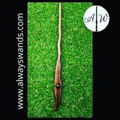 ▶️ bacchetta con incisione a squame di serpente 🐍 e inserto in resina verde 😍✨ ➡️ www.alwayswands.com  #harrypotter #bacchettemagiche #wood #handmade #madeinitaly #grifondoro #serpeverde #corvonero #tassorosso